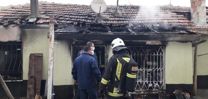 Kulu'da tek katlı ev alev alev yandı